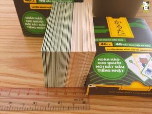 Cả bộ bài 46 lá dày đến hơn 4cm :3 Vậy là bạn đã hiểu bộ bài này dày dặn thế nào so với bài tây rồi chứ ;) Đảm bảo đập bài cướp bài bao sướng tay luôn :D
