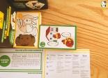 Tờ giấy hướng dẫn thứ nhất bao gồm giới thiệu luật chơi cùng bảng chữ cái hiragana (được phiên âm cách đọc đầy đủ) dành cho những bạn chưa biết bảng chữ cái có thể tra cứu Tờ giấy hướng dẫn thứ hai ghi chú tất cả các câu có trong bộ bài (kèm cách đọc, giải nghĩa từ vựng, nghĩa cả câu cùng rất nhiều mẫu ngữ pháp và từ vựng liên quan khác). Rất thích hợp cho những bạn mới bắt đầu tiếng Nhật